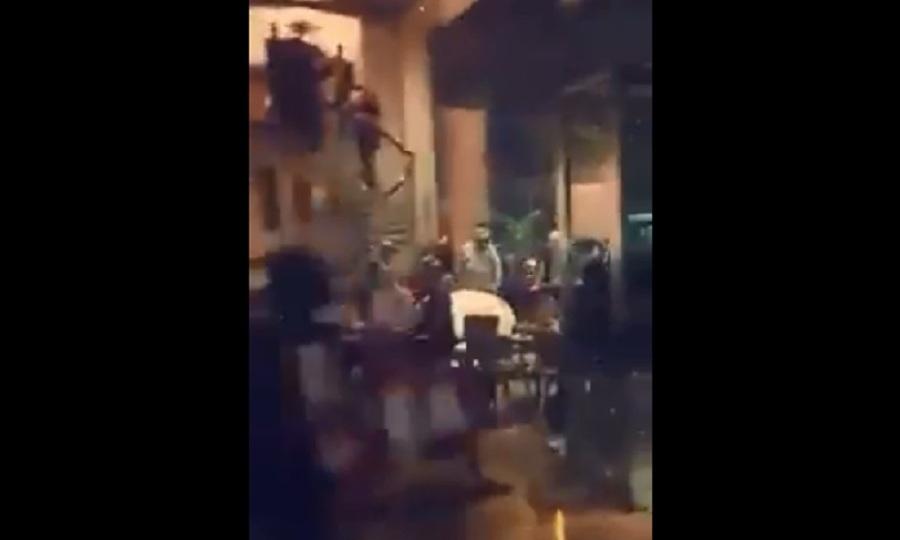 Χαμός μεταξύ Σόντερς και Γουάιλντερ – Του επιτέθηκε με ένα κοτόπουλο! (video)
