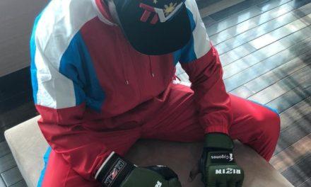 Ο Μεϊγουέδερ ποζάρει με γάντια πυγμαχίας και MMA (pics)