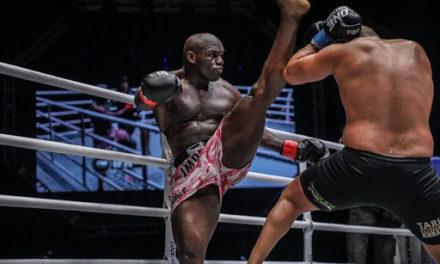 Πρωταθλητής του kickboxing αντιμετωπίζει επιβάτη χωρίς μάσκα (VID)